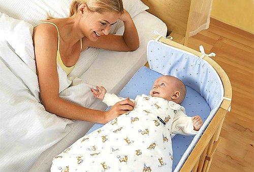 Кроватку ребенка можно поставить рядом с матерью.